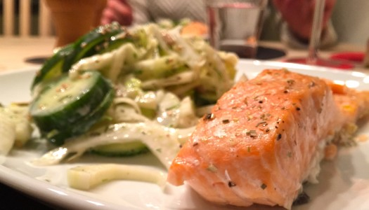 Ist knackig, macht knackig: Lachsfilet mit Fenchel-Gurke Salat
