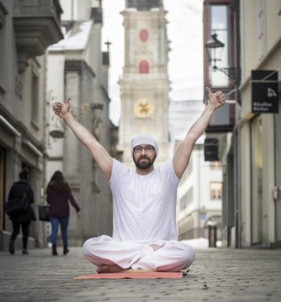 BÄRENPLATZ, ST. GALLEN: Porträt von Yogalehrer Stefan Grob.  © Benjamin Manser / TAGBLATT  [23 February 2015]